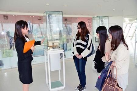海外の賓客をお迎えする国の施設内でのガイド案内スタッフ イメージ1