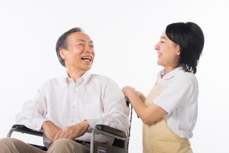 カラオケを一緒に楽しむのも仕事のうち!資格不問の介護サポート イメージ2